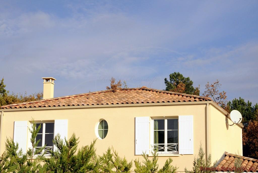 schönes Walmdach in Naturtönen passend zur hellen Fassade