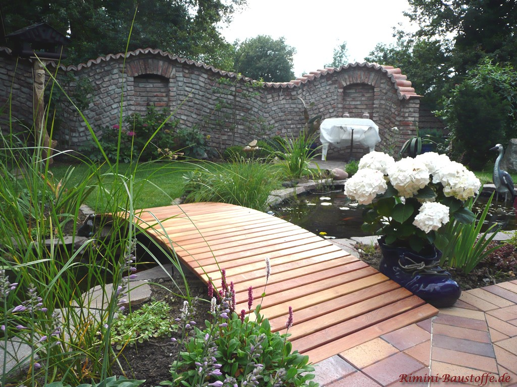 sehr schöne rustikale Gartenmauer am Teich