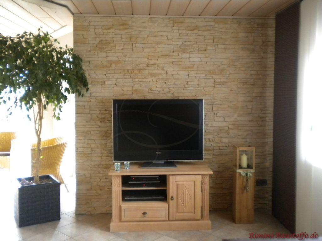 Fernsehecke mit Wand in Natursteinoptik hinter dem Fernseher