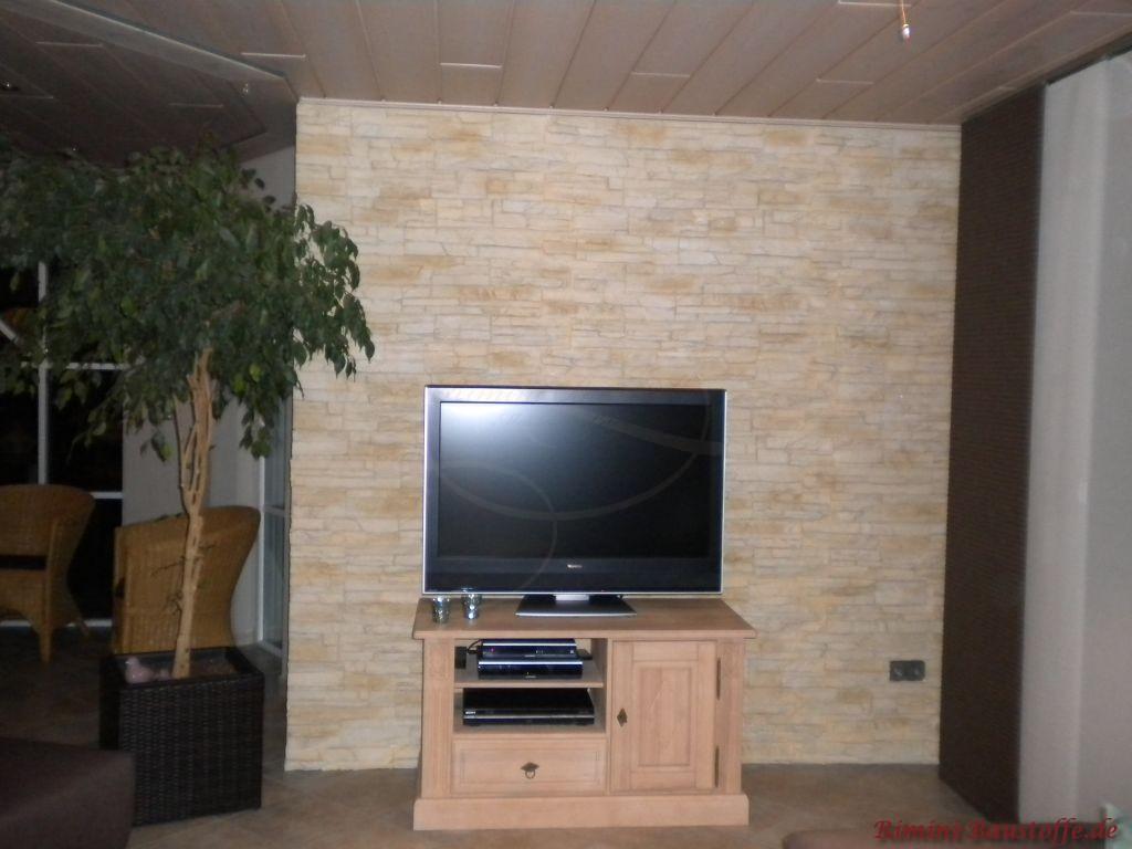 Wohnzimmerwand hinter dem Fernseher in schöner beiger Natursteinoptik