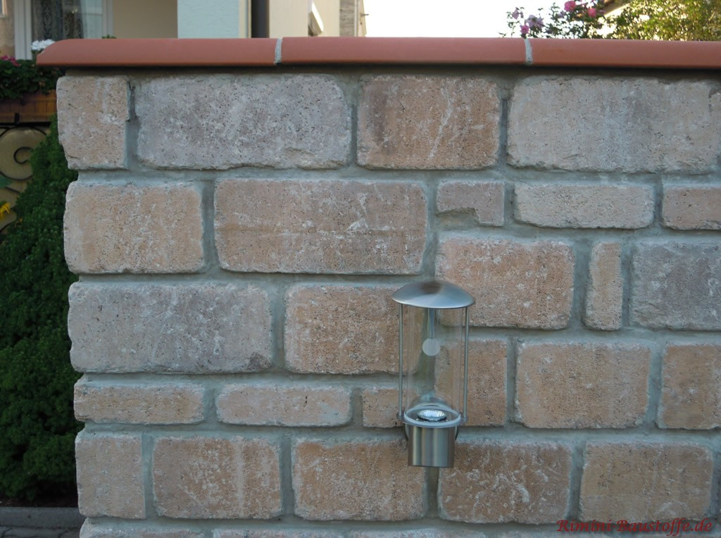 schöne Gartenmauer aus Naturstein mit passender Mauerabdeckung