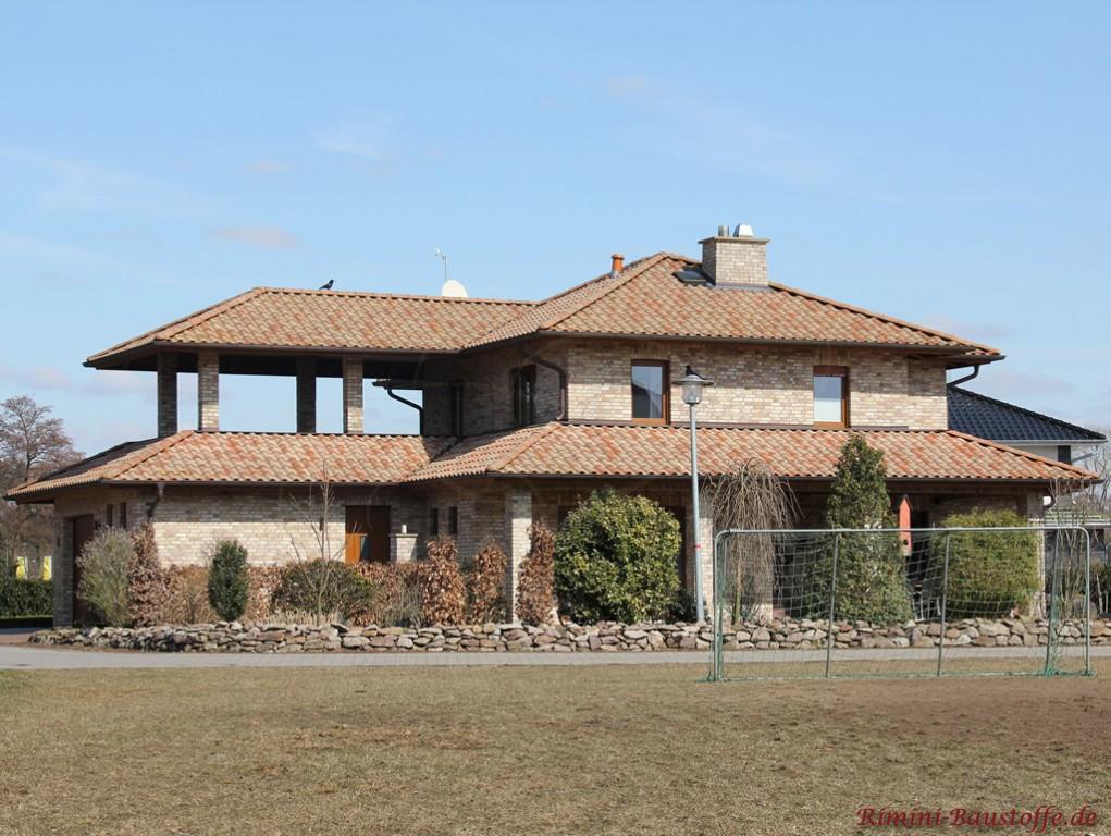 Wohnhaus mit hellbraunem Klinker und einem schönen passenden mediterranen Dachziegel