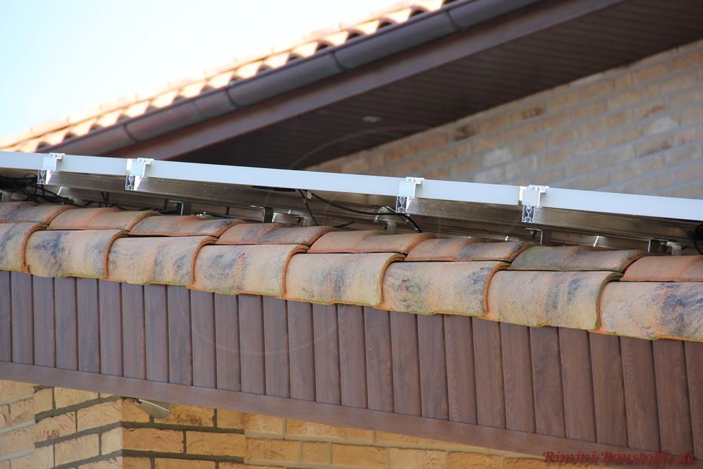 Nahaufnahme eines Ortgangziegels von einem romanischen Dachziegel