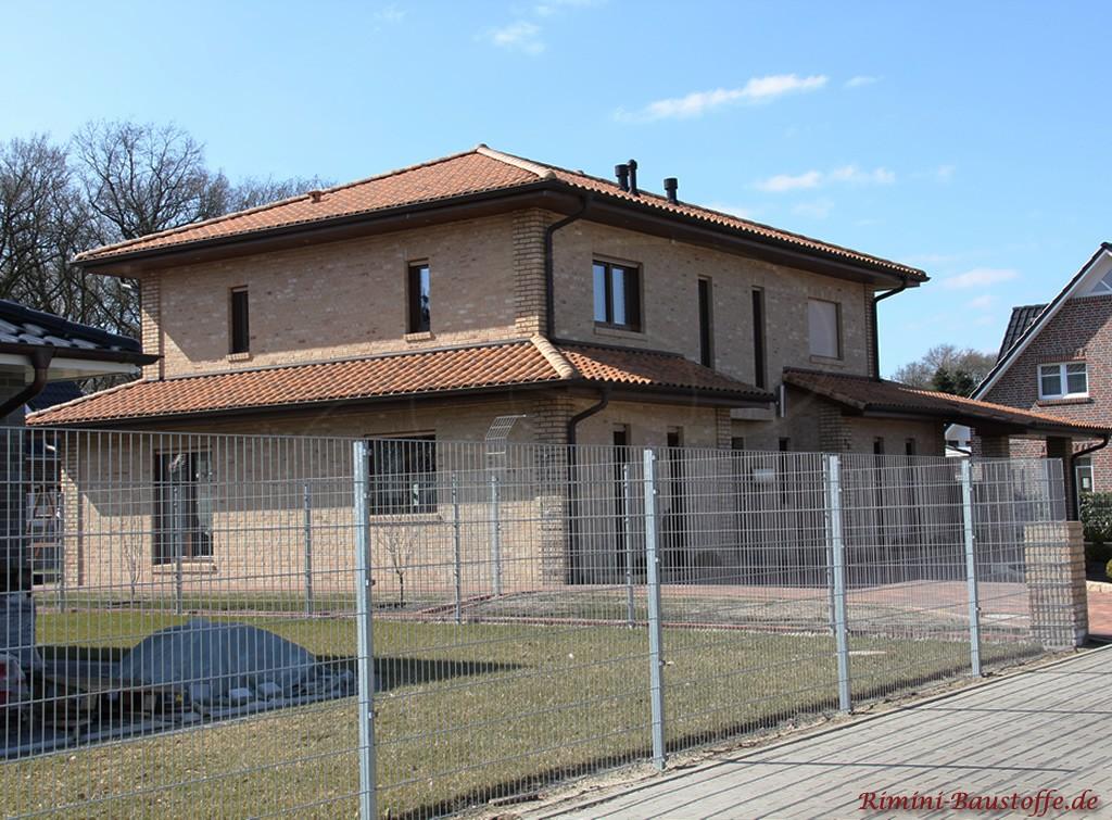 schönes Wohnhaus im mediterranen Stil mit hellem Klinker