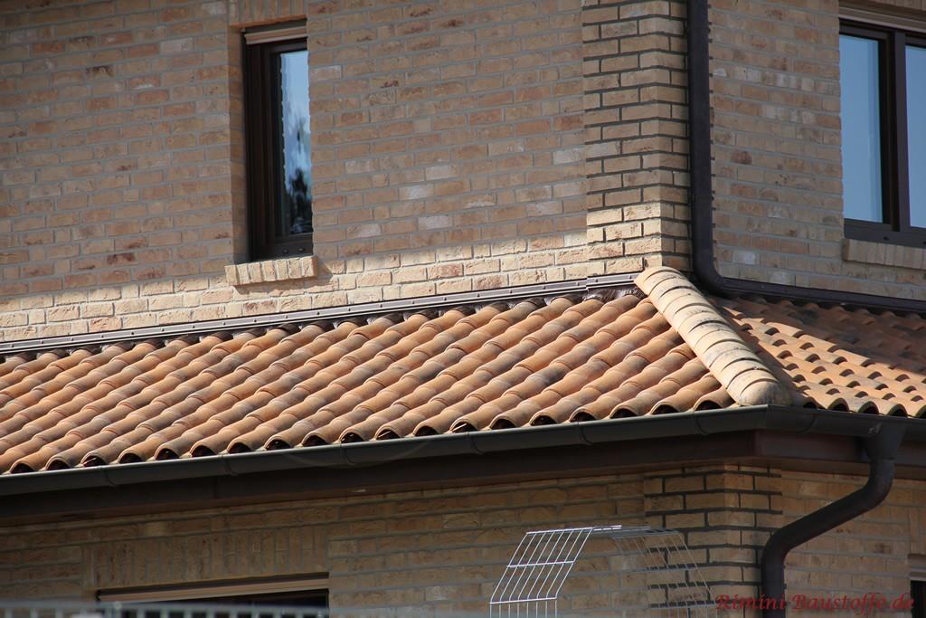 schöner mediterraner Baustil mit hellem Klinker und passendem Dachziegel