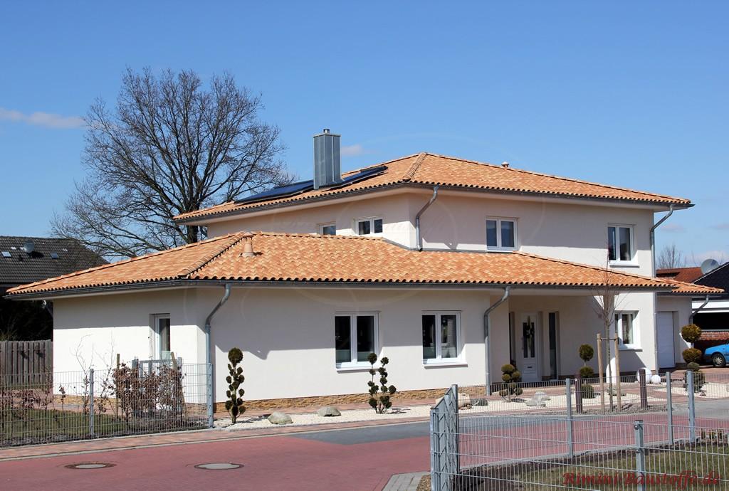 schönes Wohnhaus im südländischen Stil mit strohgelbem Dachziegel