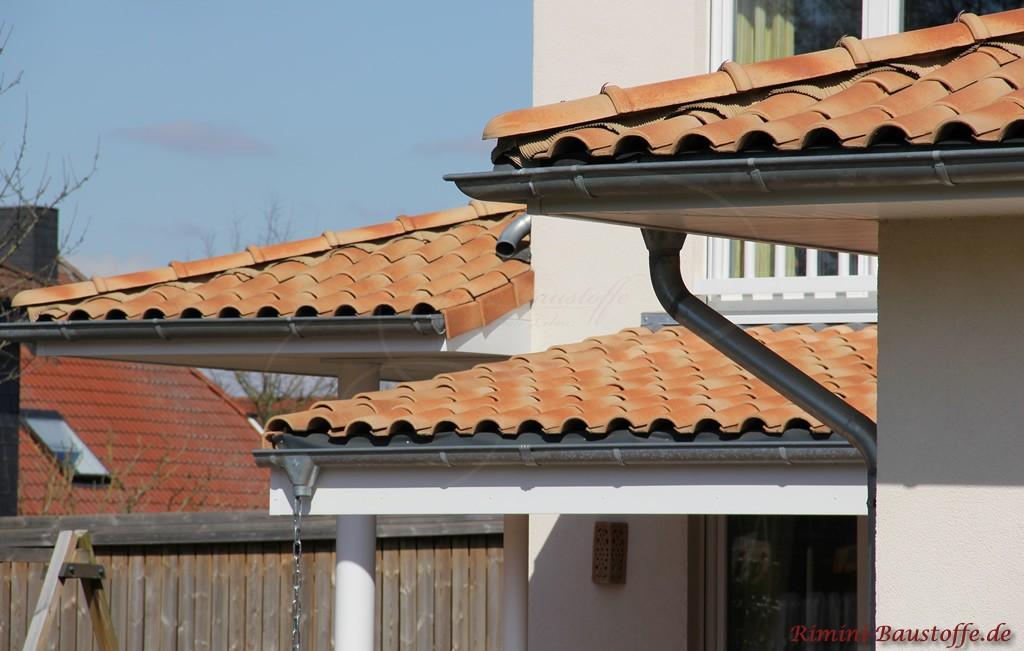mediterraner Dachziegel in strohgelb mit passendem beigen Gratband