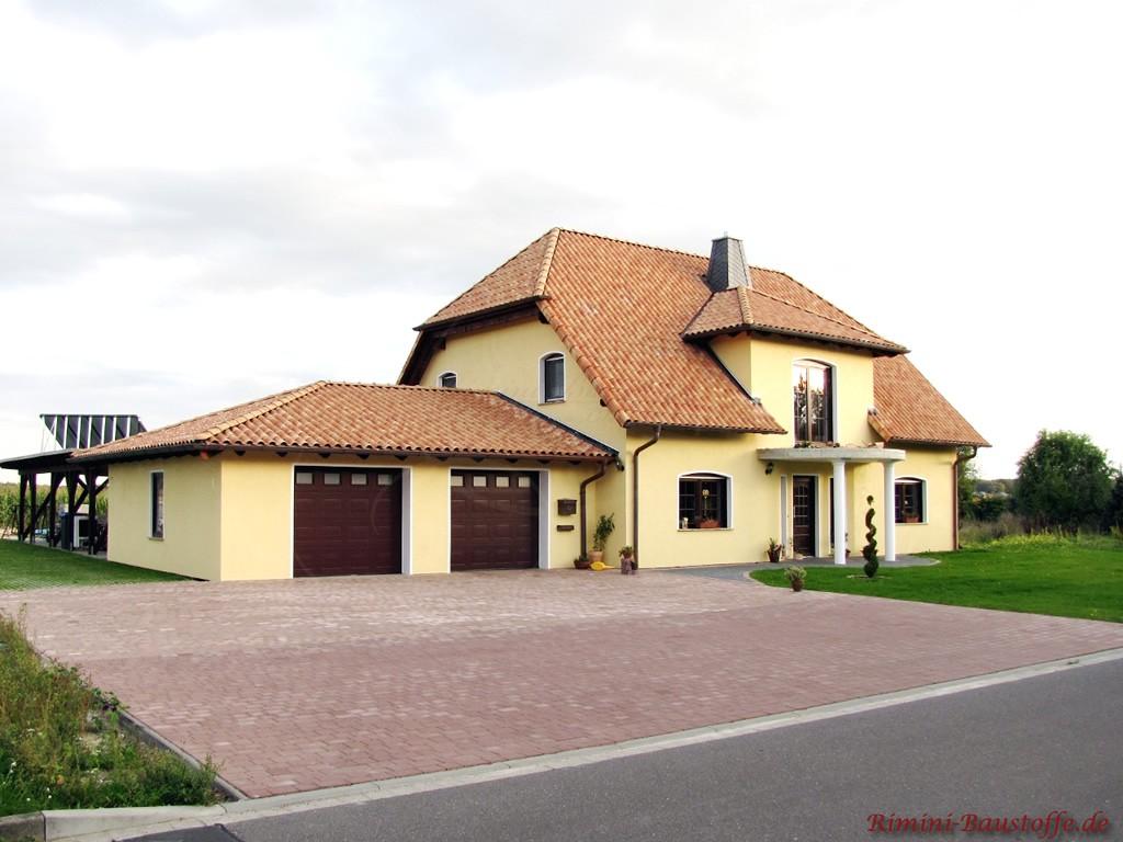 großes Wohnhaus mit Krüppelwalmdach mit einem strohgelben Dachziegel