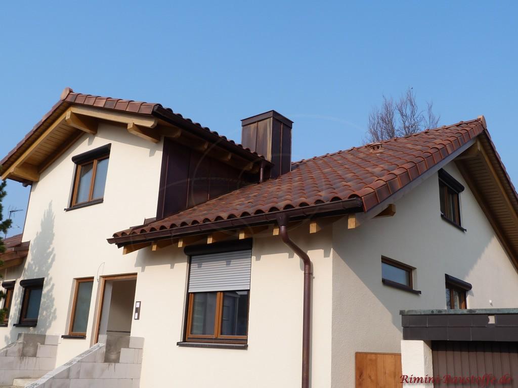 Sehr schöner dunkelroter, romanischer Dachziegel mit schönen Changierungen