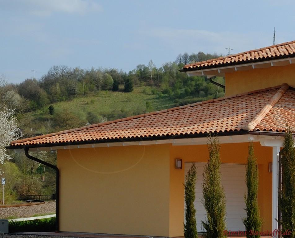 schöner heller zweifarbiger Dachziegel passend zum mediterranen Flair des Hauses