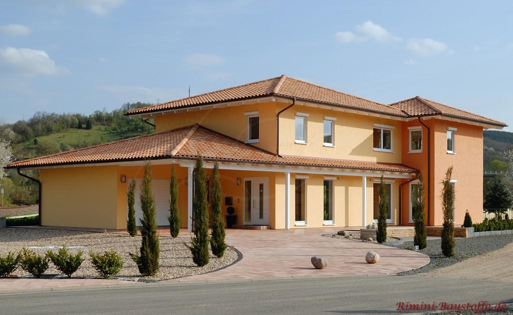 großes mediterranes Wohnhaus mit gelber Putzfassade und schönen Dachziegeln