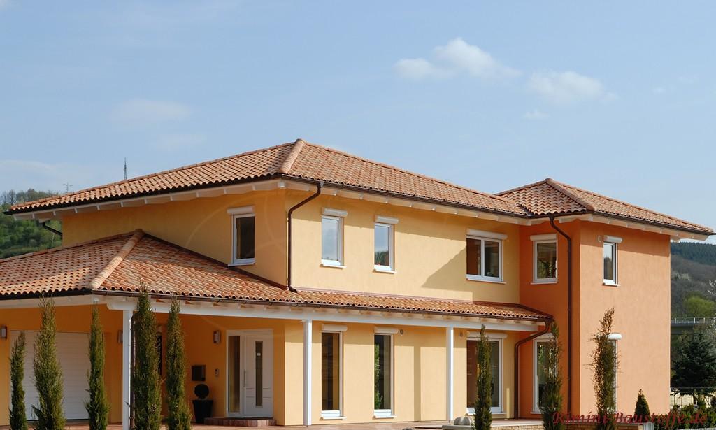 schönes großes mediterranes Haus mit Walmdach