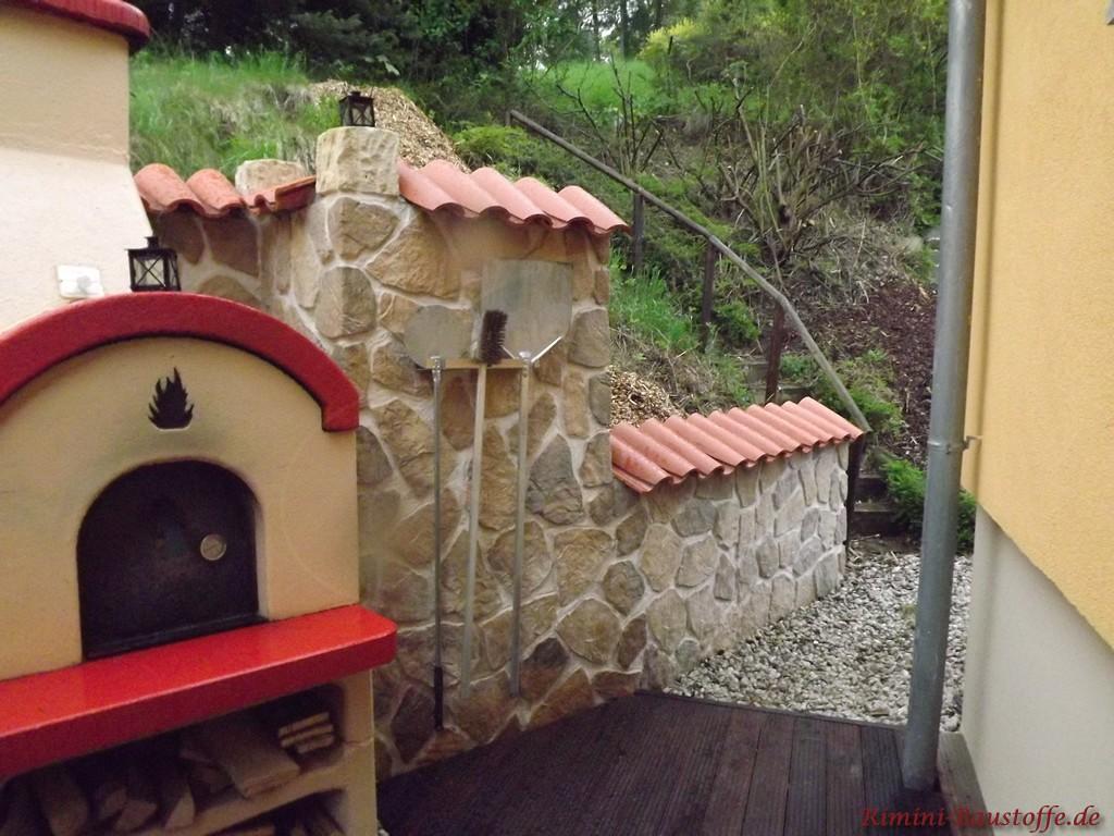 mediterrane Gartenmauer in Natursteinoptik mit Halbschalen gedeckt