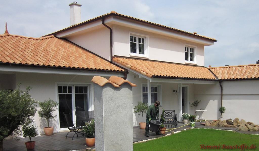 großes Wohnhaus in mediterranem Stil mit sehr schöner Dachfarbe
