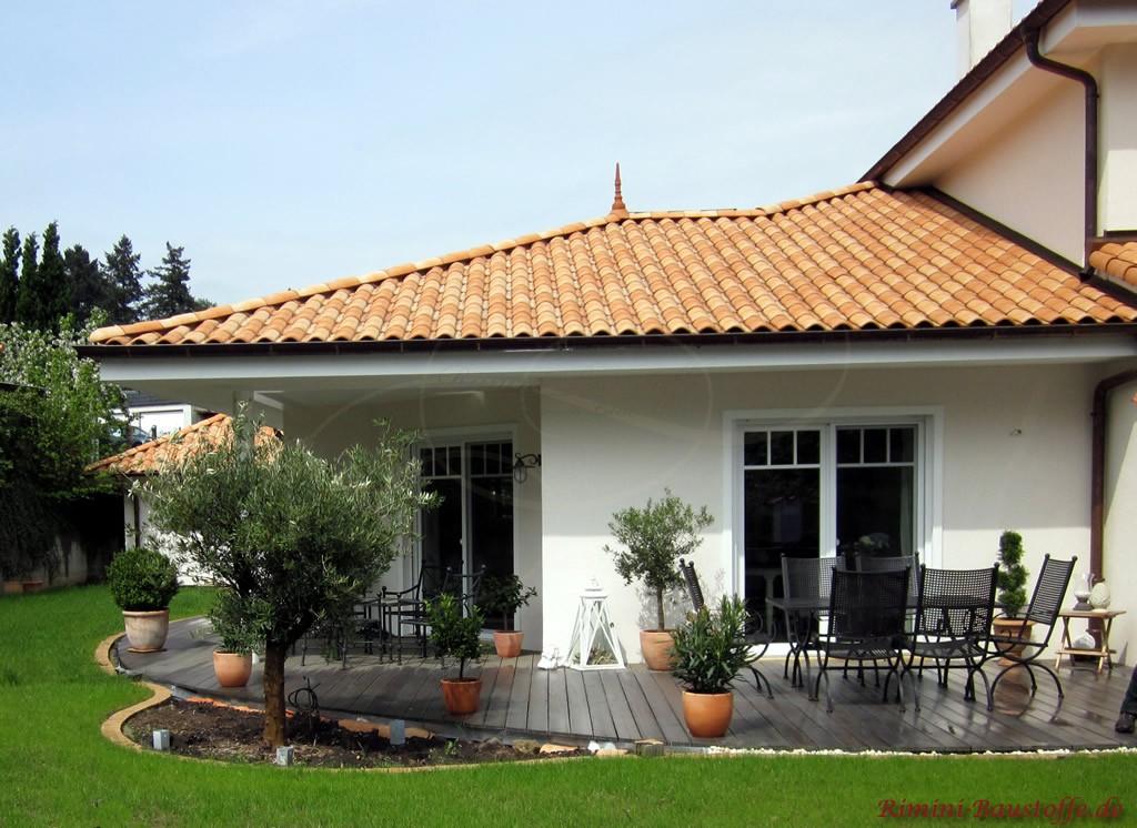 Erker mit bodentiefen Fenstern und schöner hellroter Dachfläche
