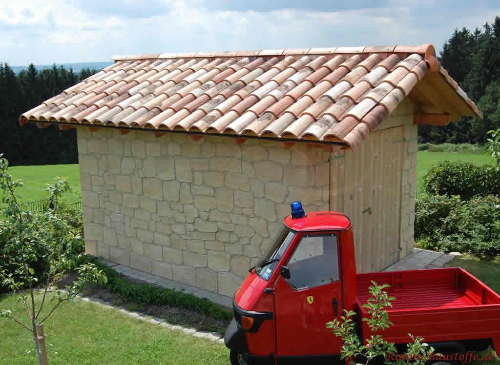 kleine Gartenhütte mit Satteldach und Natursteinfassade
