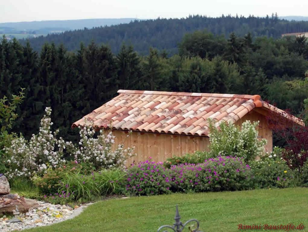schöne kleine Gartenhütte in Hanglage mit schönem Ziegel