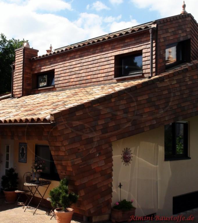 Fassade teilweise mit Schindeln verkleidet und schöne passende romanische Ziegel auf dem Dach