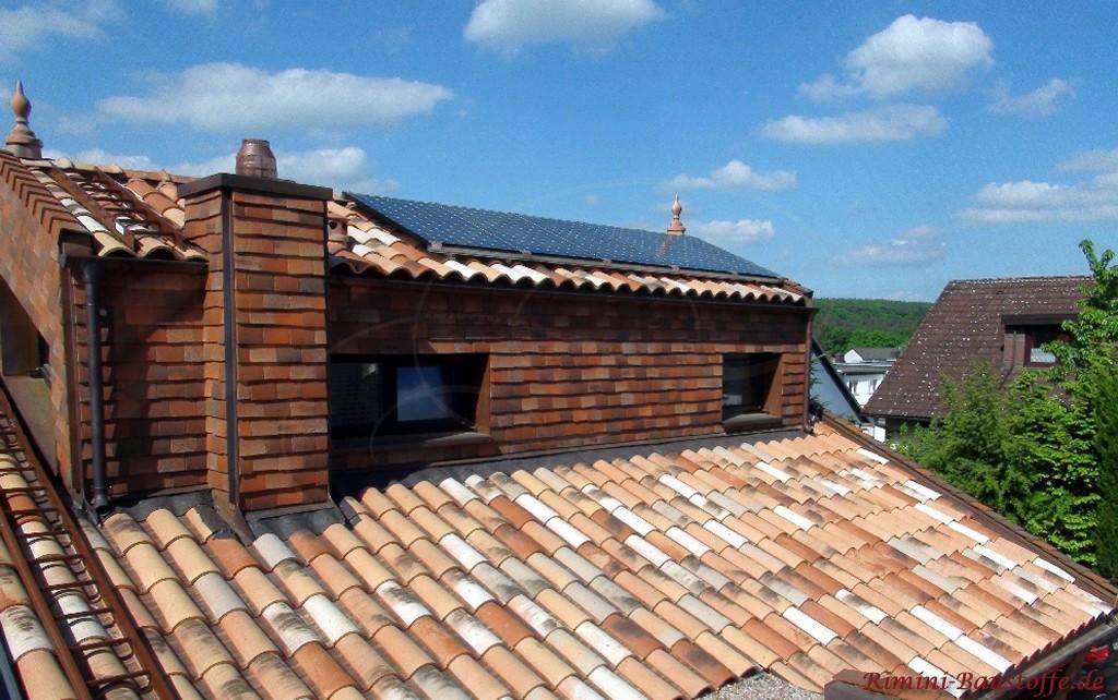 schöner romanischer Dachziegel in Herbstlaubfarben