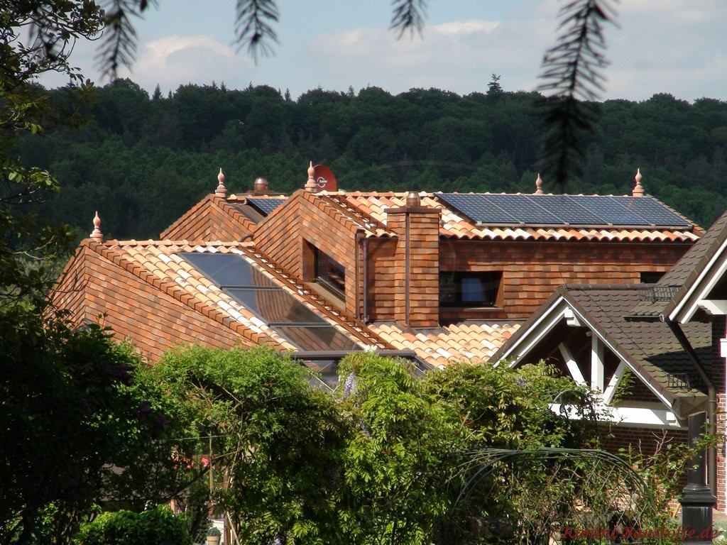 Kombination aus Schindeln und romanischen Dachziegeln
