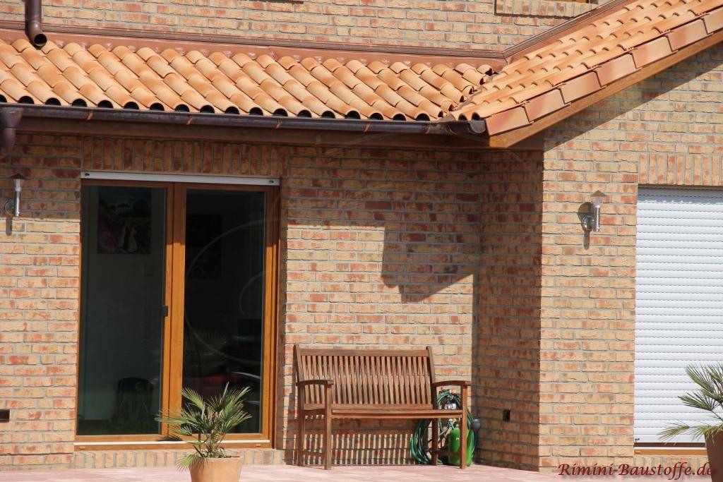 schöne Holzfenster passend zur strohgelben Dachfarbe und zum Klinker