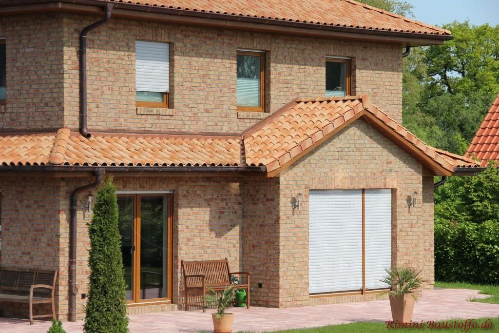 schöner heller Klinker mit Changierungen und passendem mediterranen Dachziegel