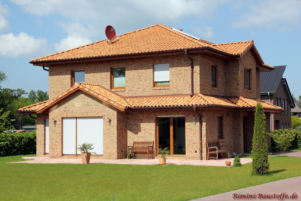 Klinkerfassade und schöne passende mediterrane Dachziegel in strohgelb