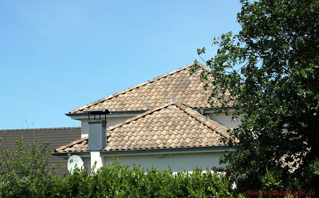 sehr schönes Dach in verschiedenen Sandfarben, sehr mediterran