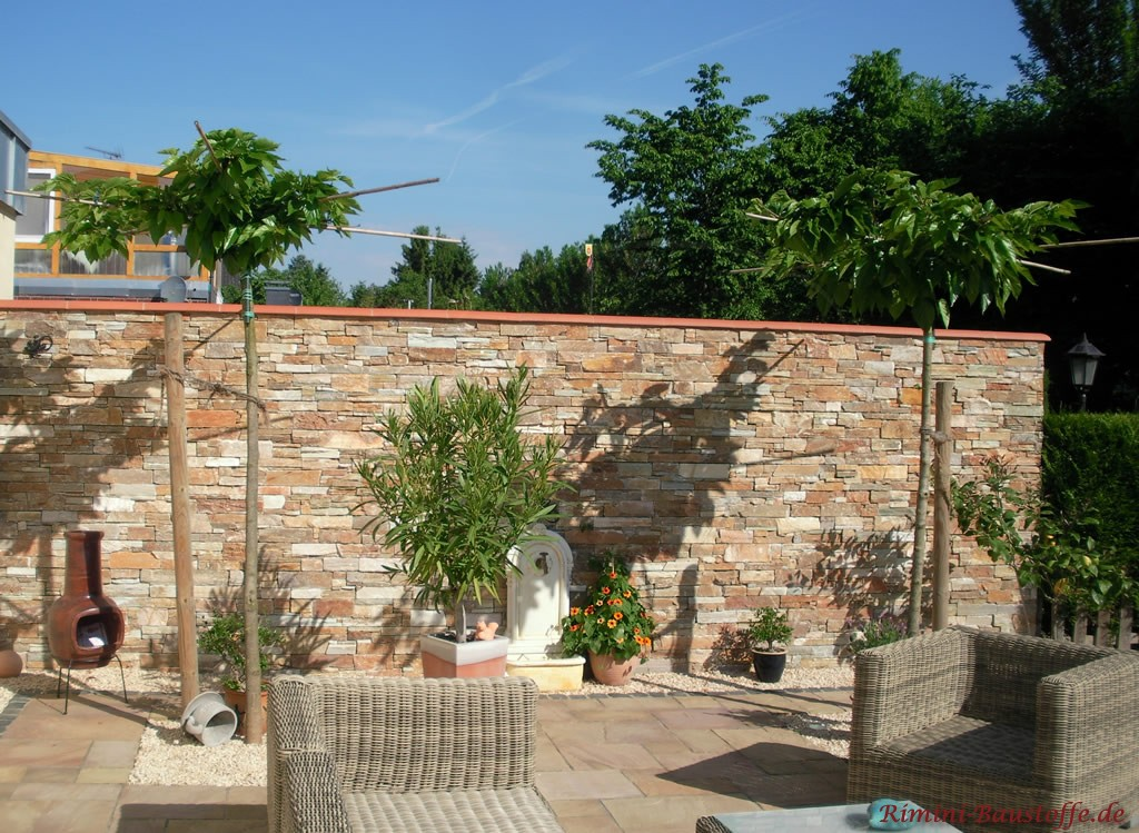 Gartenmauer in grauer grober Schieferoptik mit einer passenden Abdeckung