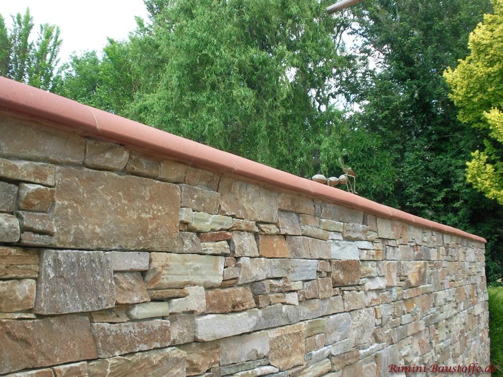 Gartenmauer in Natursteinoptik mit passender roter Mauerabdeckung