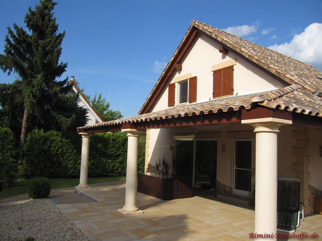 schöner romanischer Dachziegel in sehr alter Optik passend zur begrünten Umgebung