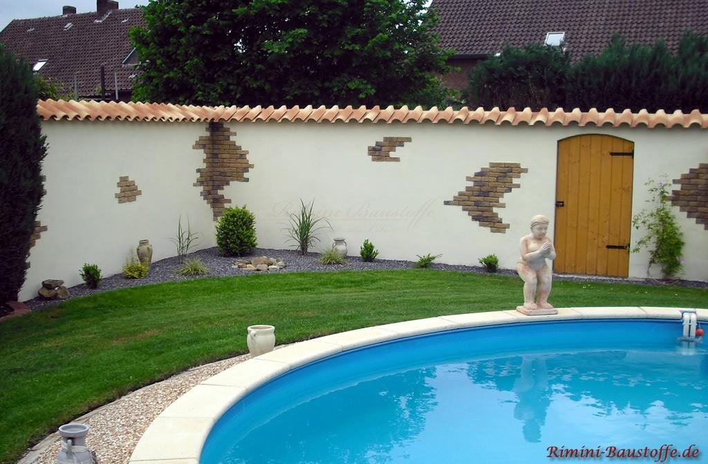 mediterrane Gartenmauer mit strohgelber Halbschalenabdeckung