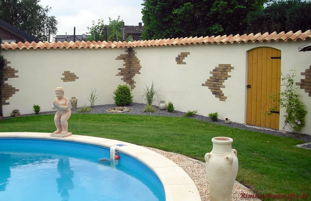 mediterraner Garten mit Pool und schöner Gartenmauer in hellen Farben