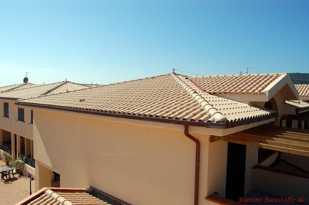 beiger romanischer Dachziegel passend zu einer apricotfarbenen Fassade