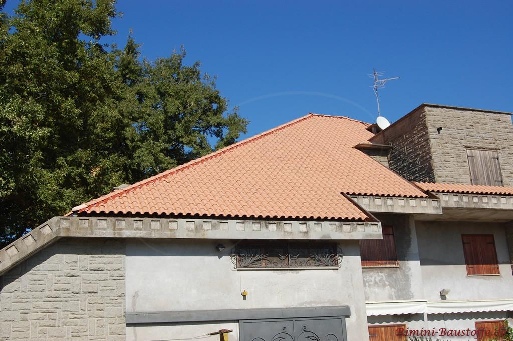 schöner roter sehr milder Dachziegel im mediterranen Stil