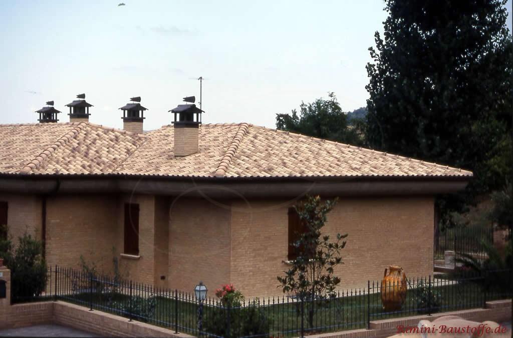 hellbrauner beiger Klinker mit einem passenden sandfarbenen Dachziegel