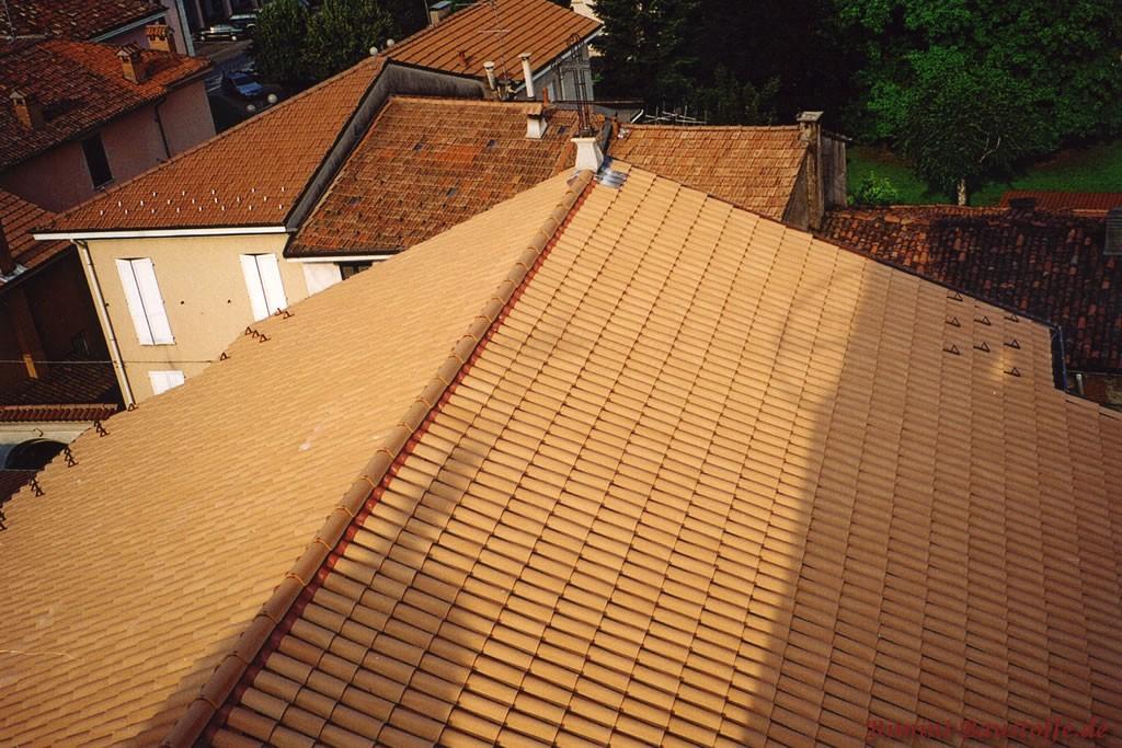 rote Mönch Nonne Ziegel auf einem Satteldach mit passendem Gratband