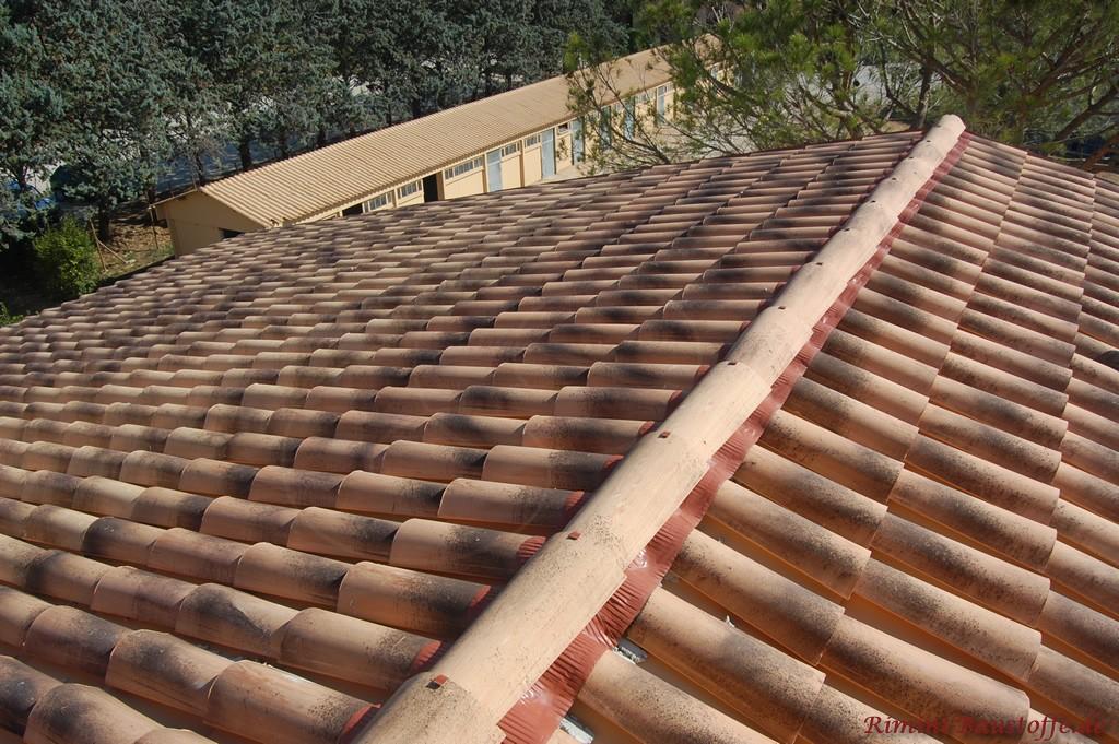 Nahaufnahme auf einem Dach, welches mit Halbschalen gedeckt ist