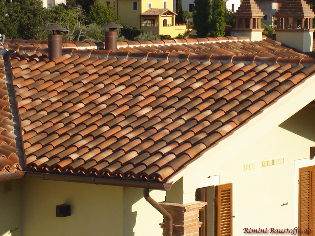 schöner rotbrauner Ziegel passend zu den Fensterläden des Hauses