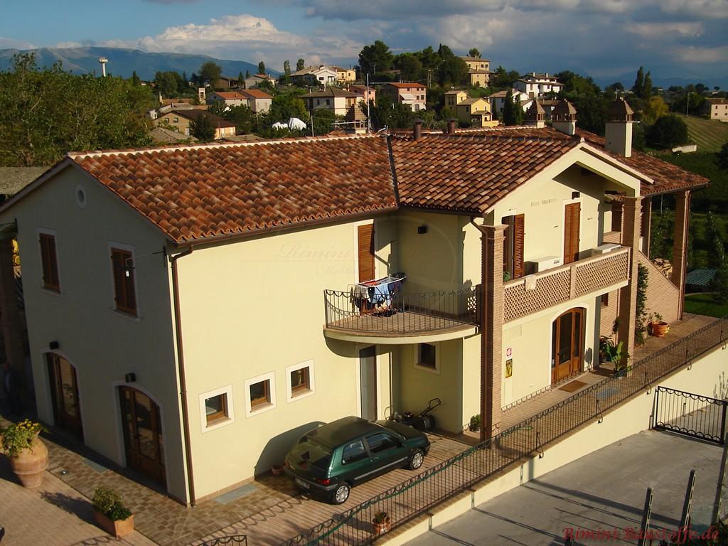 südländisch gestaltete Villa mit großem Balkon