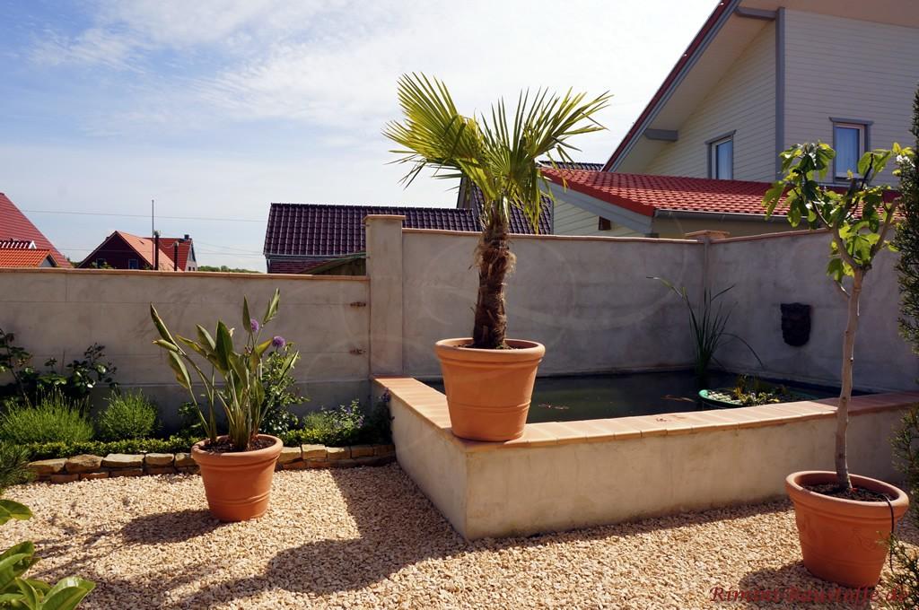 Mauerabdeckung und Poolverkleidung mit terracottafarbenen Fensterbaenken