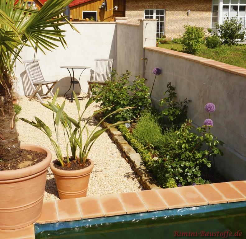 mediterraner Garten mit Pool und suedlaendischer Gartenmauer