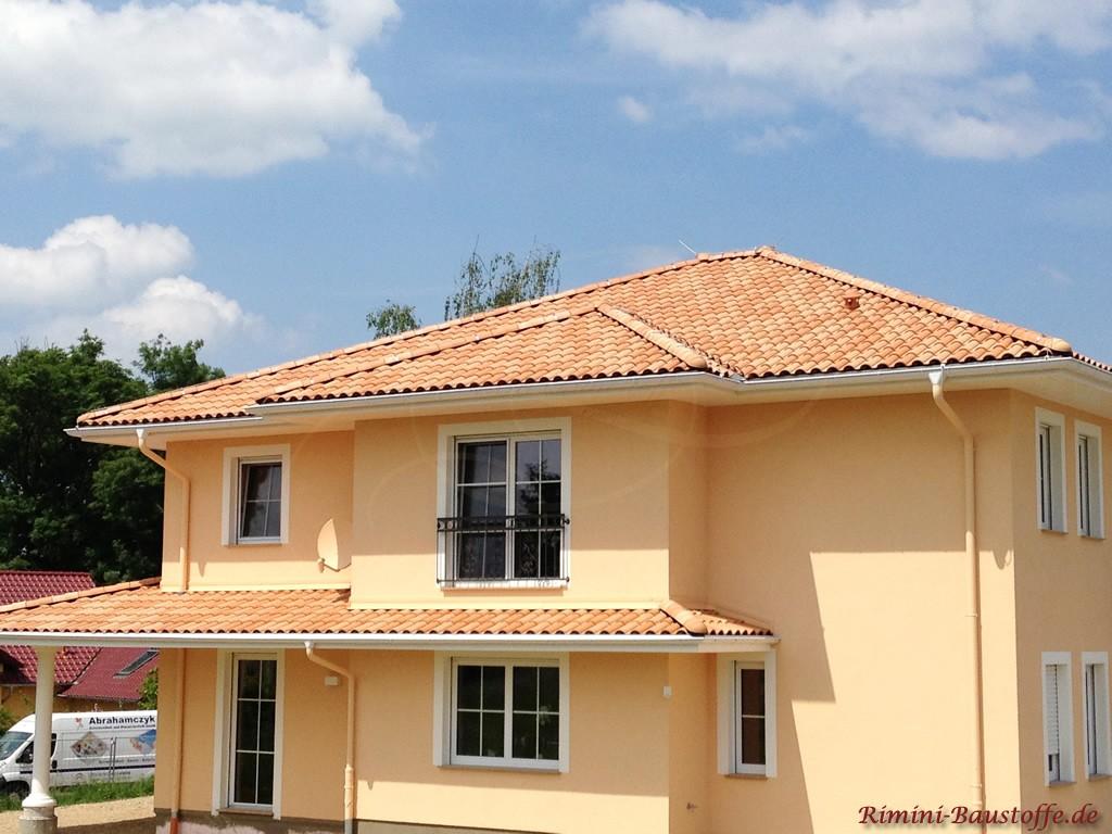 große mediterrane Villa mit gelber Putzfassade und schönem Dachziegel