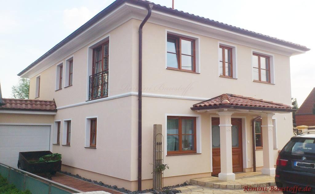 großes doppelgeschossiges Wohnhaus im mediterranen Stil