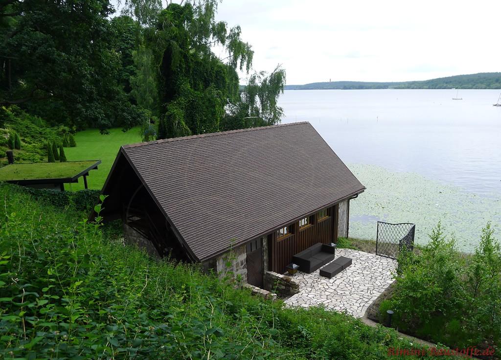 schönes Haus im Grünen mit großem Garten am See