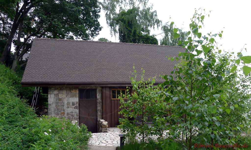 schönes kleines Ferienhaus direkt am See mit alten Schindeln eingedeckt