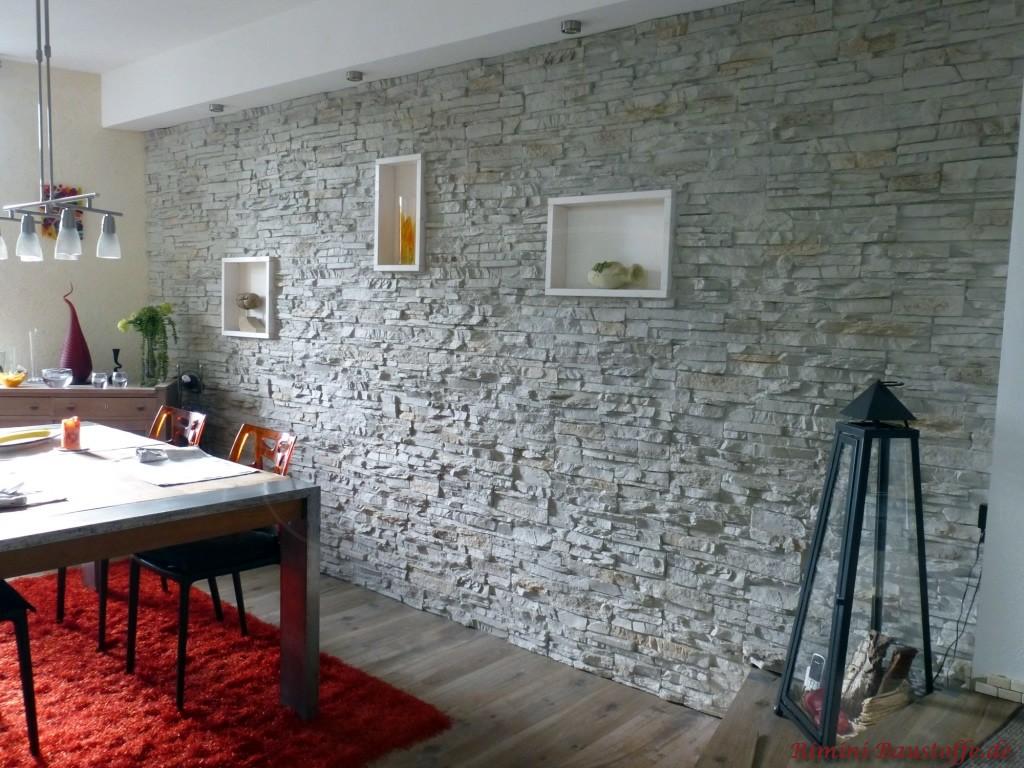 Wohnzimmerwand in heller grauer Natursteinoptik