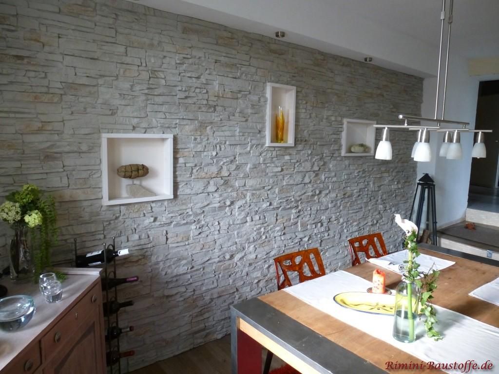 Wohnzimmerwand in heller Natursteinoptik mit Beleuchtung