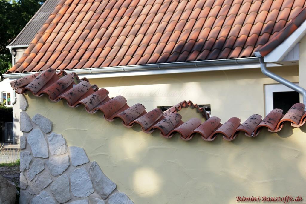 Gartenmauer im mediterranen Stil mit Halbschalen gedeckt