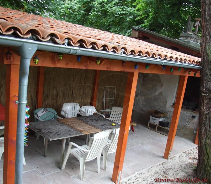 Terrassenüberdachung im Garten mit Halbschalen gedeckt